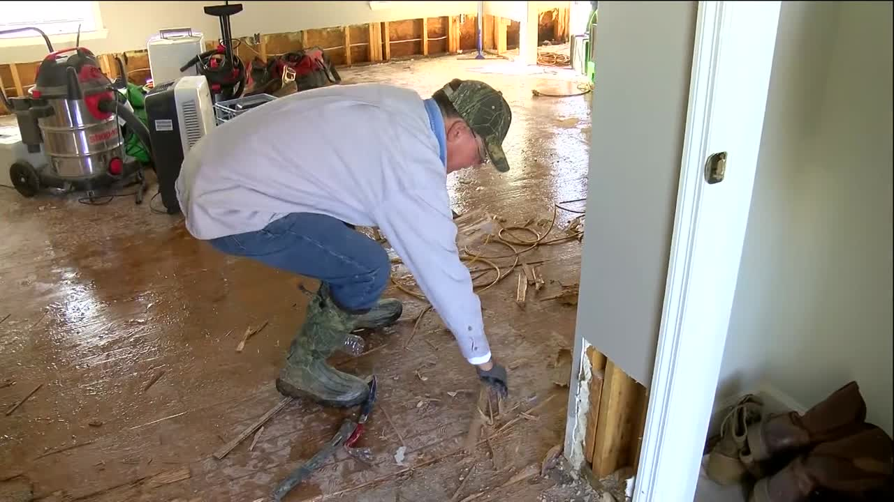 Tennessee River crests in north Alabama, leaving damage
